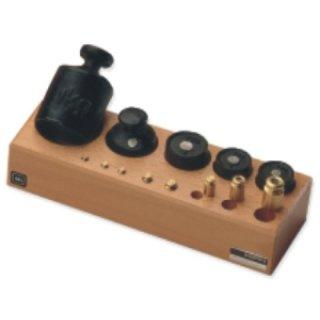 M3 Handelsgewichte in Knopf- und Zylinderform im Holz-Block