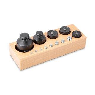 M3 Handelsgewicht als Gewichtssatz in Knopf- und Zylinderform im Holzblock
